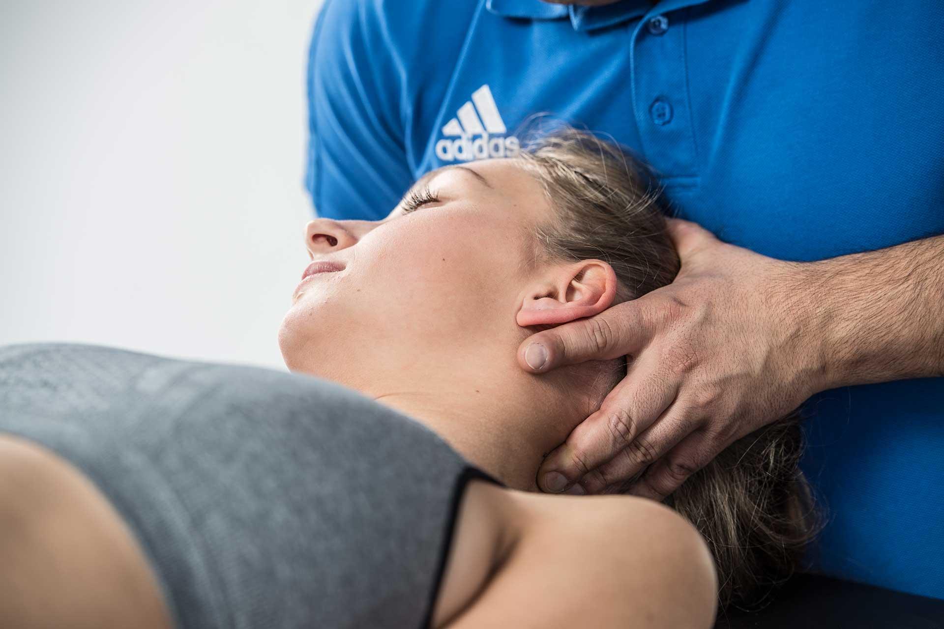 Die richtige Behandlung eines HWS-Syndroms ist ausschlaggebend für die Heilung  und das Wohlbefinden