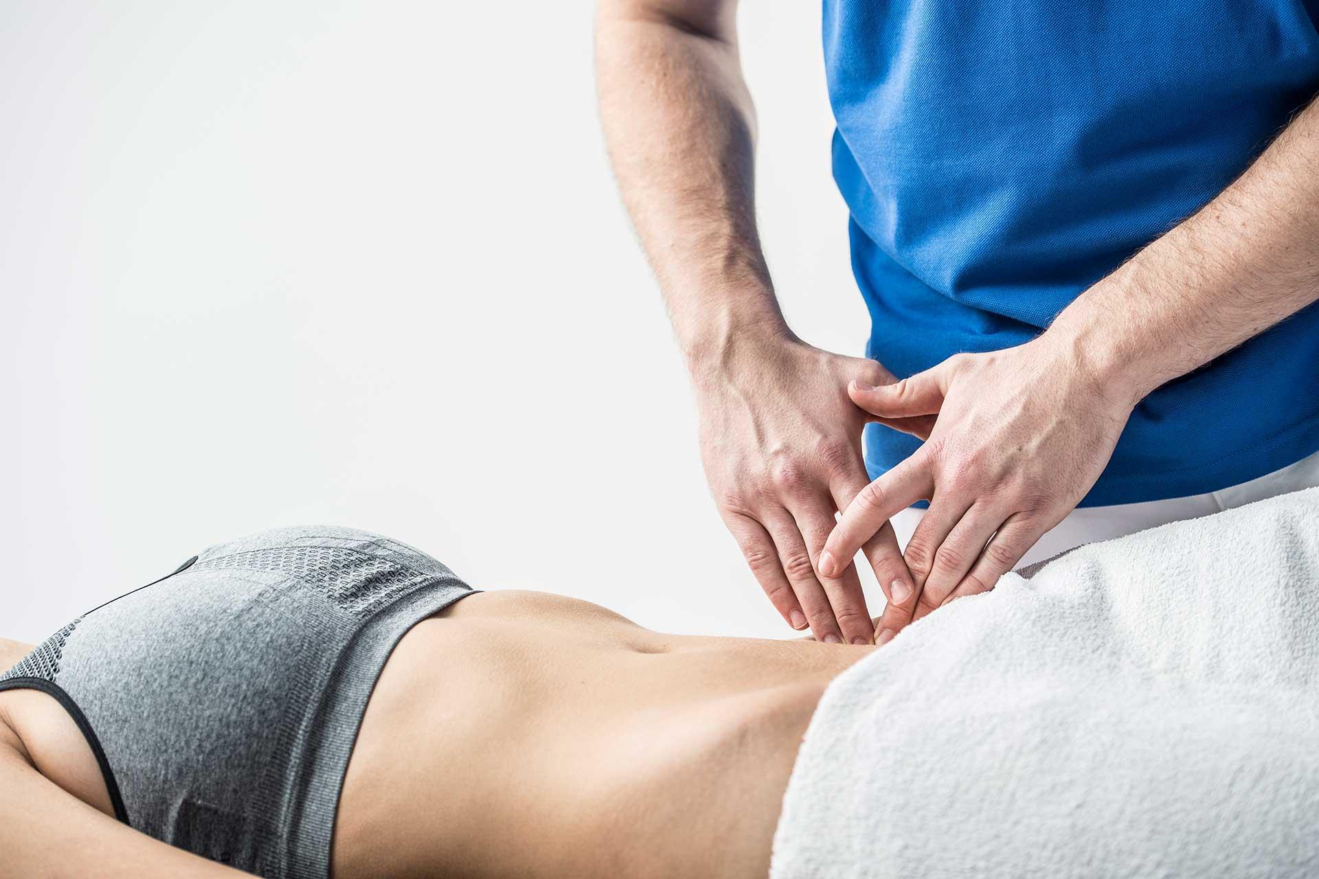 Die richtige Becken-Behandlung mit Hilfe von manueller Therapie und Krankengymnastik kann Rückenschmerzen und -beschwerden lindern