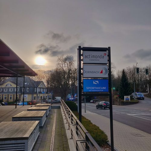 Die Außenwerbung der Physiotherapie Praxis auf der Hauptstraße in Bergisch Gladbach